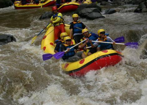 Rafting merupakan kegiatan yang dapat dinikmati oleh orang yang kamu kenal. Maka dari itu rafting sangat menarik untuk mengisi waktu liburan bersama keluarga di masa pandemi. Kamu dan keluarga akan menikmati serunya mengarungi sungai menggunakan perahu karet dengan pemandangan asri di sepanjang sungai.